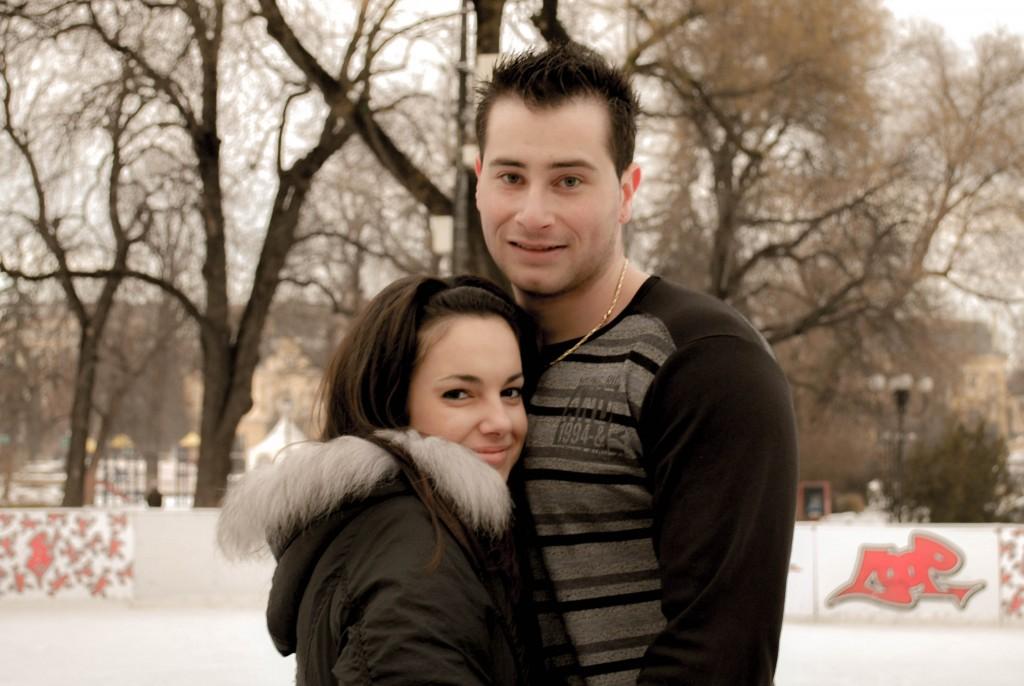 確か、ブルガリアのどこかの街を歩いていたとき見つけた公園で、スケートをしていたカップル。今どうしているかな?(2010年 冬)