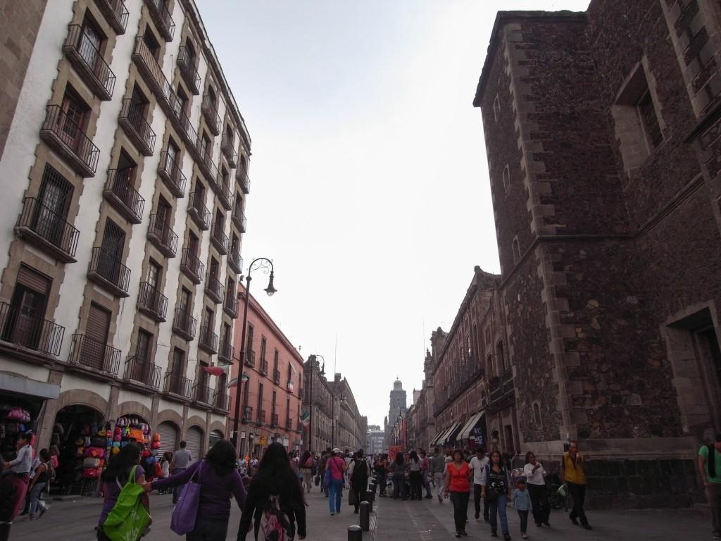 王宮を中心に伸びるソカロの街並み。この下にアステカの街が眠ってる。