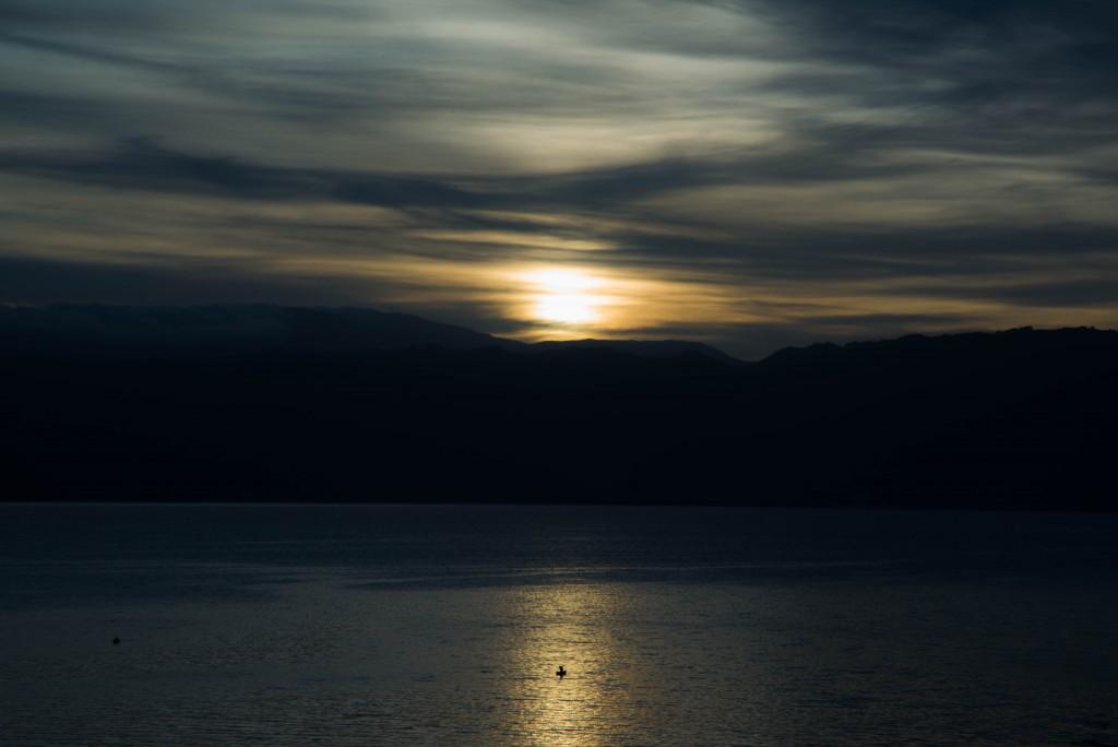 朝日の昇るアティトラン湖