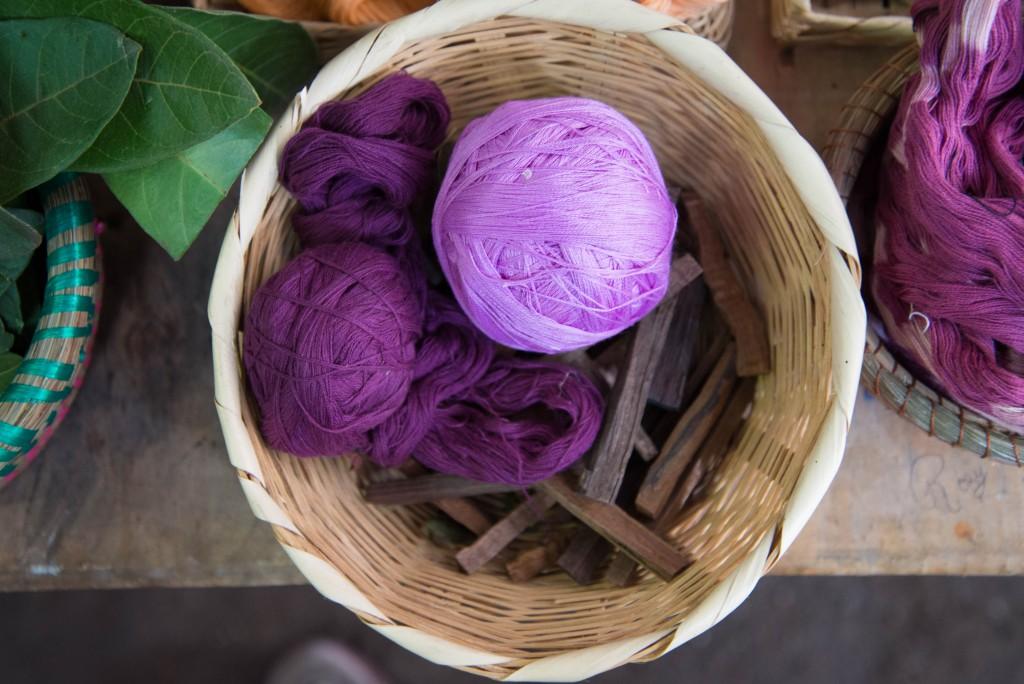 媒染によって、紫や赤、茶色や灰色を出す樹皮。