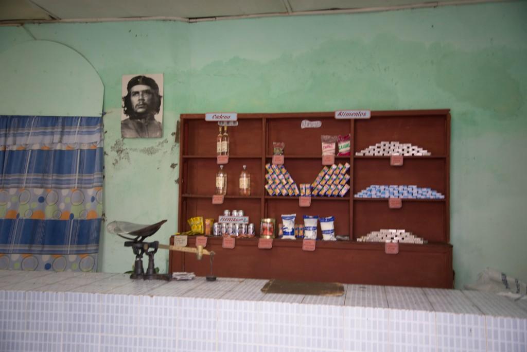 配給所。住民は台帳を持っていて、格安で卵や牛乳を買っていく。
